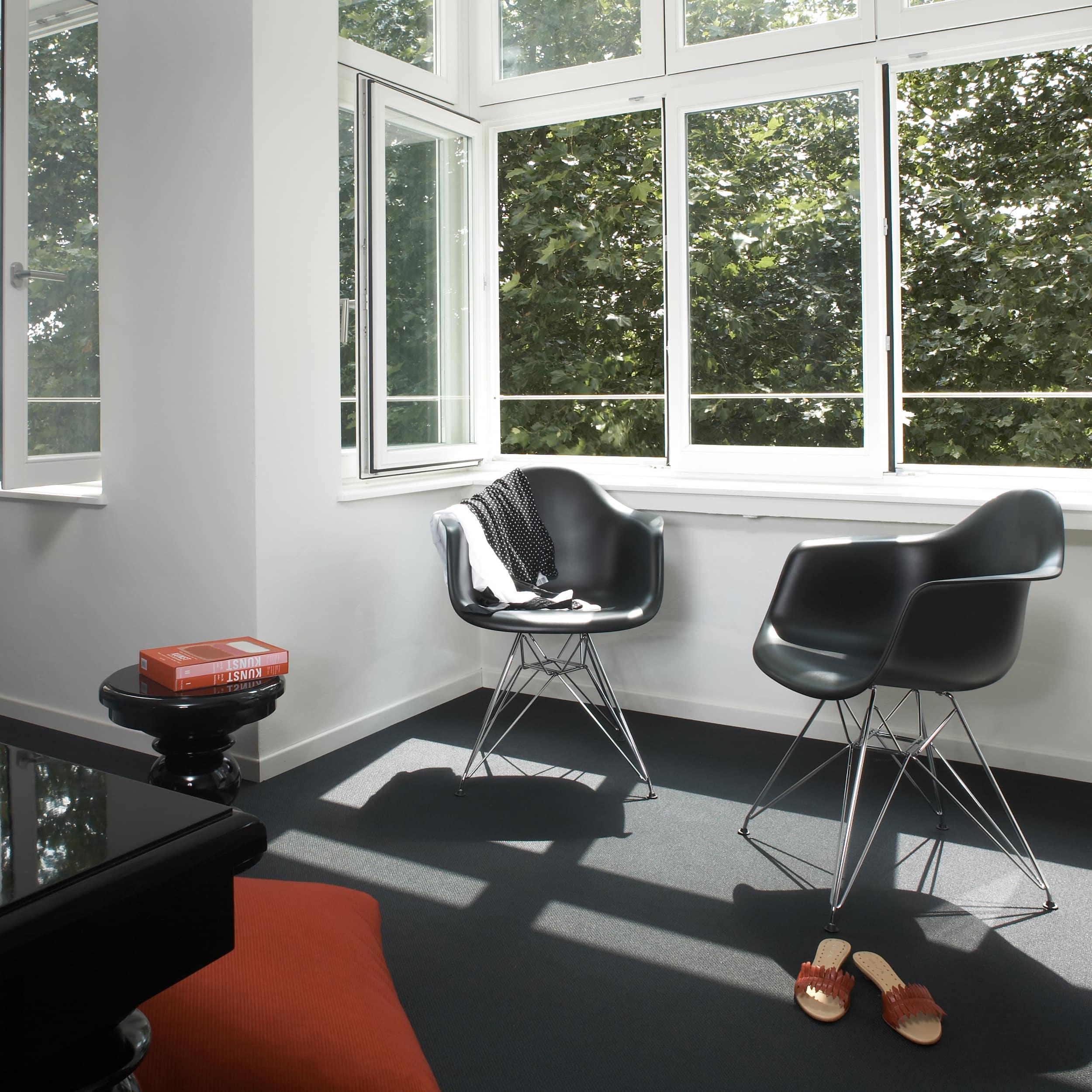 Eames Plastic Armchair Stuhl DAR mit Kunststoffgleitern