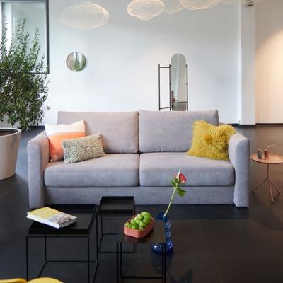 Opende Sofa mit zweigeteilter Sitzbank